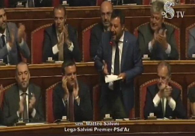 Salvini in Senato: tagliamo i parlamentari e poi al voto